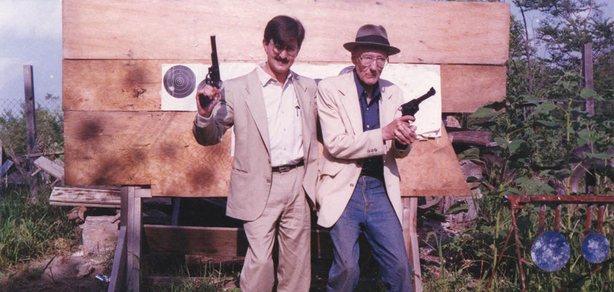 JGR lidió con WSB tomado mientras sostenía una de sus tantas armas, ya que el agente le invitó a pasar en un momento muy inusual, por lo que pidió algo de cuidado. El primer encuentro dio lugar a una cita con Burroughs, el alcohol, las armas y la ya conocida puntería del escritor beat.