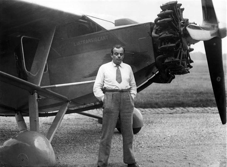 Saint-Exupéry posando con un avión