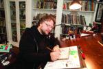 Guillermo del Toro firmando sus bocetos