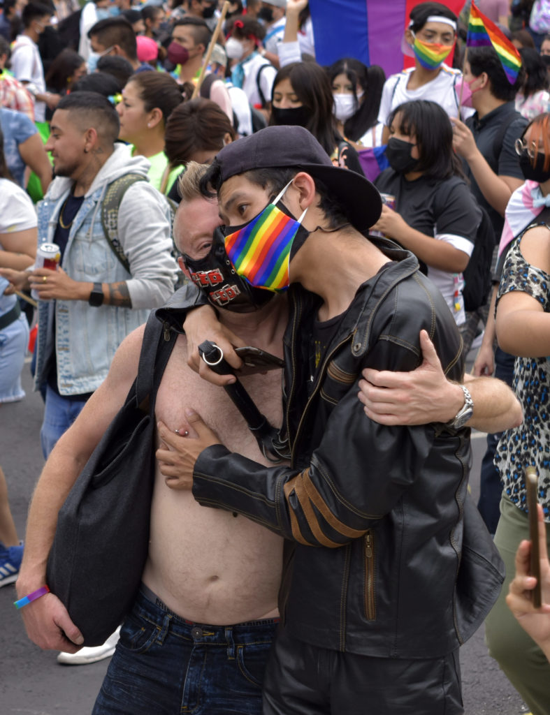 pAREJA EN MARCHA ORGULLO LGBTTTIQ+