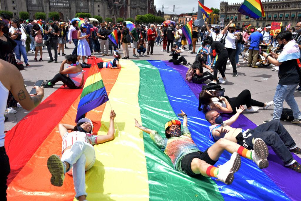 BANDERA MONUMENTAL LGBTTTIQ+