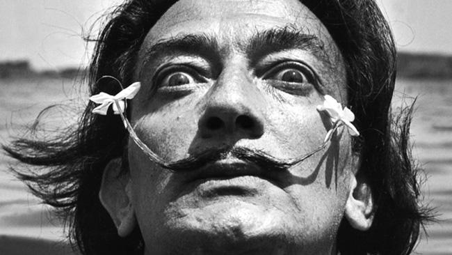 Bigote Dalí con flores