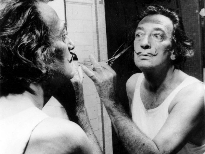 Dalí recortando su bigote