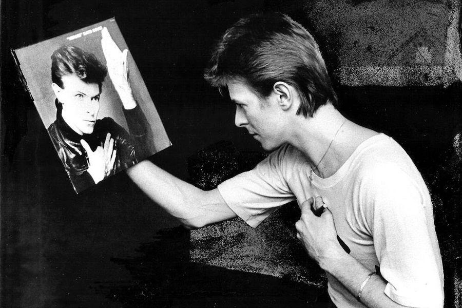 Bowie viendo la portada del disco Heroes