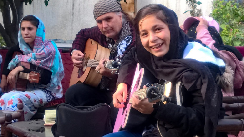 Girl With a Guitar, el colectivo musical afgano que quiere ayudar Tom Morello